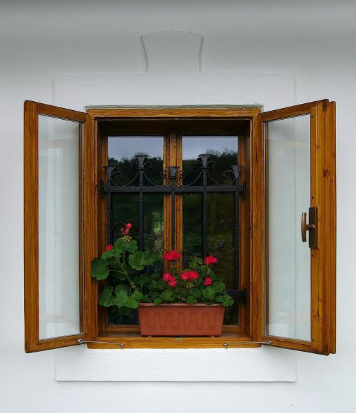 Chalupárske drevené okno<br> Autor:<a href=http://okna.dobretipy.sk/ing-miroslav-suja-drevovyroba-horny-tisovnik> Drevovýroba - Ing. Miroslav Suja, Horný Tisovník</a>