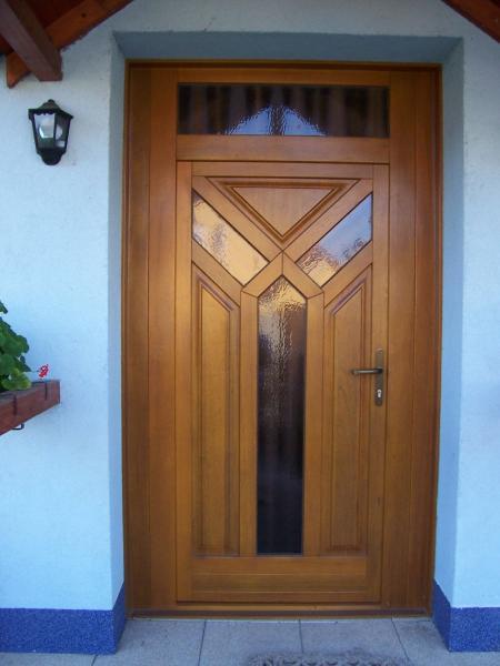 Drevené vchodové dvere <br> Autor: <a href=http://okna.dobretipy.sk/cechvalab-sro-bratislava>Čechvalab, s.r.o., Bratislava</a>