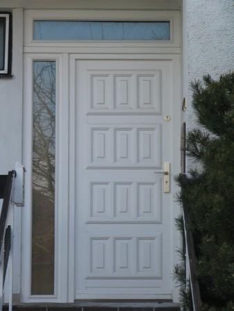 Drevené vchodové dvere<br> Autor: <a href=http://okna.dobretipy.sk/windor-pk-sro-pezinok>WINDOR-PK s.r.o, Pezinok</a>