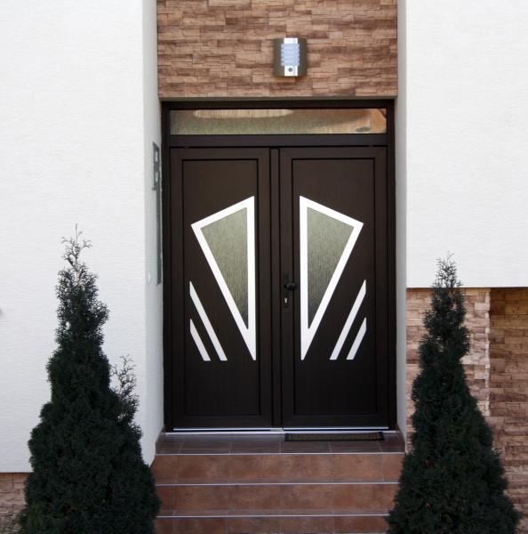 Dvojfarebné plastové vchodové dvere <br> Autor: <a href=http://okna.dobretipy.sk/chren-a-sproch-sro-zlate-moravce>CHREN a ŠPROCH s.r.o., Zlaté Moravce</a>